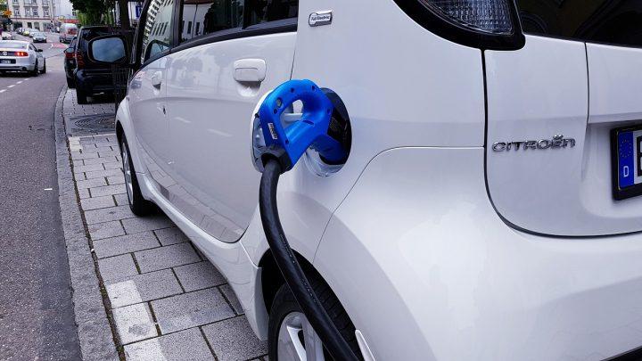 Stacje ładowania samochodów urządzenia mające wpływ na motoryzację