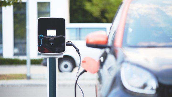Stacje ładowania dla samochodów elektrycznych – przydatne urządzenia