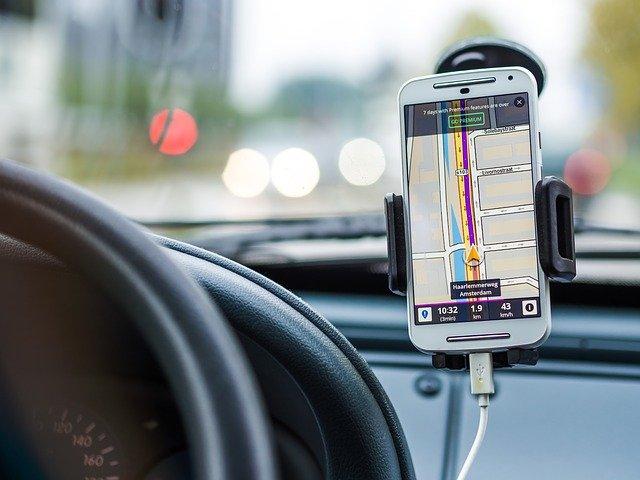 Ładowarki indukcyjne samochodowe – Przydatne wyposażenie na dłuższą podróż i nie tylko